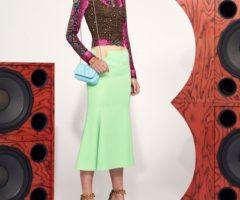 أزياء فيرساتشي ريزورت 2021: جرأة الألوان ومرح النقشات!