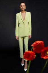<p>كوشني – Cushnie</p> <p>خامة الكريب الحرير الرائعة لا تحتاج لأي شيء معها لكي تضفي رونقاً على أي قطعة ثياب لأنها قماشة فخمة ومرتبة جداً. وفي الصورة نرى توكسيدو نسائي باللون الأخضر يأتي الجاكيت فيه بقصة مميزة ضيقاً عند الخصر أما البنطال فتميز بالأزرار التي تزينه من الاسفل.</p>