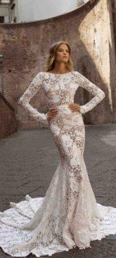 <p><strong>بيرتا – Berta</strong></p> <p>أطلقت بيرتا اسم نابولي على هذا الفستان المميز المأخوذ من مجموعتها العرائسية للعام 2020. صنع الثوب من قماشة الجيبير الأبيض السميك بنقشة الورد والزهور. يأتي ضيقاً بأكمام طويلة وصدر مقفل في القسم العلوي بينما يأخذ شكل ذيل الحورية في الأسفل.</p>
