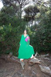 إطلالة مثيرة وملفتة باللون الأخضر مع تنسيق هذا الفستان الطويل ذات القصة الواسعة مع السروال الواسع أسفله باللون الأبيض.