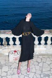 للمرأة البسيطة في إطلالتها، فستان ميدي باللون الاسود المصمم بقصة متناغمة مع الجسم، يزيّنه عند الوسط حزام عريض باللون البرونزي.