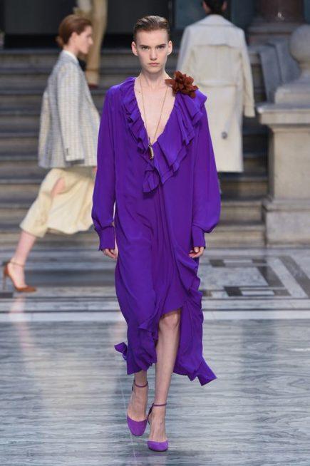 <p><strong>فيكتوريا بيكهام – Victoria Beckham</strong></p> <p>فستان واسع مصنوع من خامة صيفية خفيفة، لونه بنفسجي حيوي ويأخذ قصة A التي يفضلنها النساء اللواتي يحببن الموديلات العصرية. عند الصدر نرى فتحة واسعة مزينة بطبقتين من الكشاكش وفي الأعلى نرى زهرة تزين الأكتاف وتزيد الحركة في التصميم.</p>