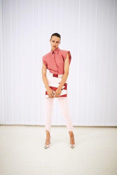 للمرأة العملية، إطلالة يومية متناسقة ومتقنة مع سروال ستيراب ابيض اللون ومعه البلوزة الحمراء ذات التقليمات البيضاء الرفيعة.