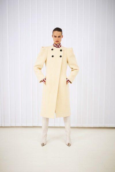 لفصل الشتاء البارد، تألقي باجمل المعاطف الميدي من إيزابيل ماران باللون البيج مع الأزرار الكبيرة البنية.