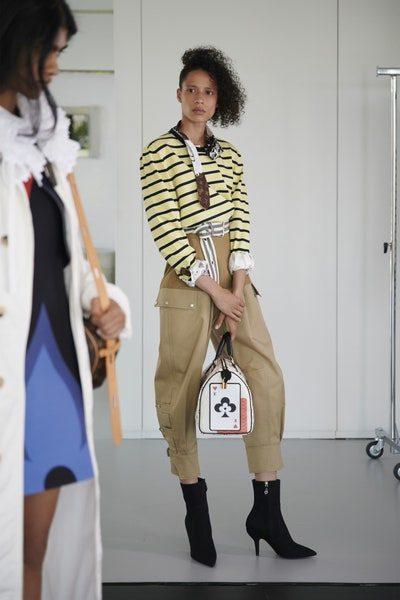 <p>سروال بيج ذات تصميم واسع ما يجعله مناسباً للسفر، ترتدينه مع البوتس الاسود والبلوزة البيج المقلّمة مع الحزام الرفيع على الخصر.</p>