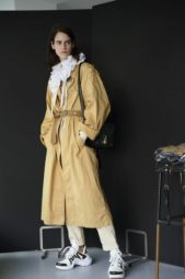 <p>المعطف البيج يرافق اطلالاتك، ويمكن أن تنسّقيه مع السروال الابيض والبلوزة ذات ياقة الكشكس. فيما الحذاء الرياضي هو الحاضر الابرز في المجموعة.</p>