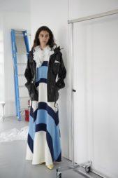 <p>فستان طويل يعكس الاجواء البحرية بألوانه وستايله، وقد أضافت الدار اليه الجاكيت الجلدية السوداء.</p>