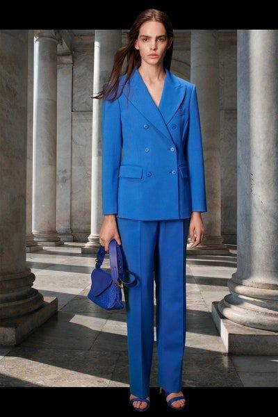 للمرأة العملية المتلهفة للعودة إلى العمل، بدلة نسائية بقصة كلاسيكية مع السروال الرسمي والبلايزر الطويلة باللون الازرق الملكي.