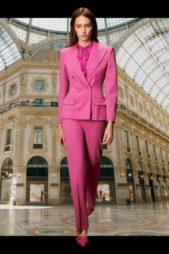 اللون الزهري الصاخب يميّز هذه البدلة النسائية التي تضج انوثة حيث تميّزت بسروالها الرسمي والبلايزر القصيرة، وتزيّنها العقدة الصغيرة عند الياقة.