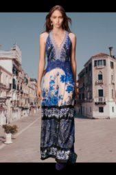 هل تبحثين عن التميّز في إطلالتك الكاجوال؟ اختاري هذا الفستان بتدرجات اللون الأزرق من ألبيرتا فيريتي المميز بقصته المستقيمة الطويلة، وتزيّنه نقشات الأزهار المستوحة من الطبيعة.