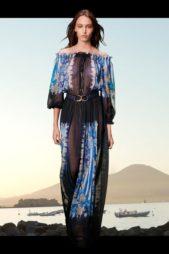 بوحي من عالم البحار، اختارت الدار هذا الفستان الطويل بقصته الواسعة وكسراته الصغيرة المتراصة. وصممته من القماش الشفاف المزين بنقشات بالأبيض والأزرق.