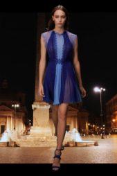 استعيدي سهراتك وامسياتك الحيوية مع هذا الفستان القصير بقصة كلوش ناعمة مع الكسرات المتراصة. يتميز بأكمامه الدانتيل وتدرجات اللون الأزرق بين الداكن والفاتح.