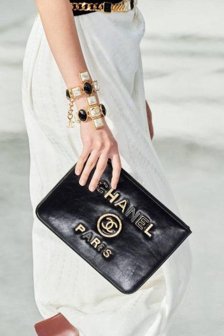 <p><strong>شانيل – Chanel</strong></p> <p>حقيبة يد مميز بلونها الأسود من دار شانيل، صمّمت من الجلد الفاخر وحملت اسم الدار وشعارها. تلائم السهرات والمناسبات.</p>