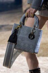 <p><strong>كريستيان ديور – Christian Dior</strong></p> <p>زيّني إطلالتك الرسمية والعملية مع الحقيبة الرمادية من دار كريستيان ديور التي تحمل إسم الدار. وقد زيّنت ببعض الزخرفات البارزة باللون الرمادي. ولها رباط لتحمليها على كتفك ا</p>
