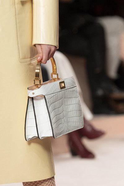 <p><strong>فندي – Fendi</strong></p> <p>حقيبة يد عملية وصغيرة مصمّمة من الجلد الأبيض من الخارج، مع الجلد الزهري من الجهة الداخلية. في حين صنع حزام الحقيبة من الذهب.</p>