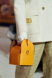 <p>لانفين – Lanvin</p> <p>حقيبة مبتكرة وعصرية التصميم مع شكلها المربع المتناسق مع بعضه البعض. لونها البرتقالي يضفي العصرية والفرادة في هذا الإطار.</p>