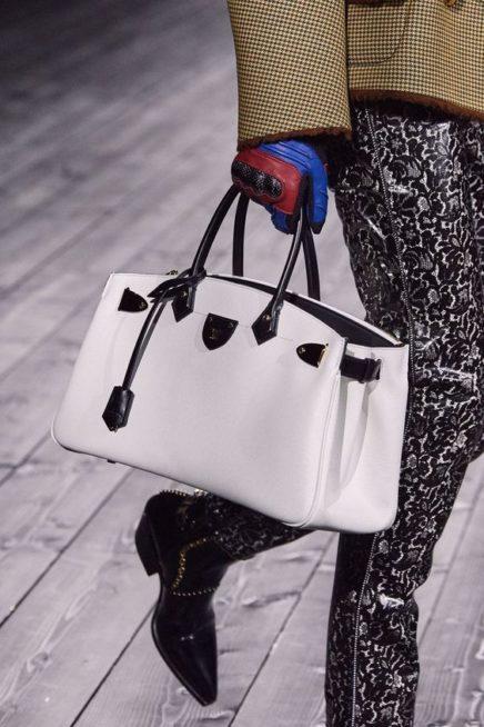 <p><strong>لويس فيتون – Louis Vuitton</strong></p> <p>للمرأة العملية شديدة التنقل، دار لويس فيتون تقدّم لك حقيبة يد كبيرة نسبياً، بلونها الأبيض المتناسق مع الأحزمة السوداء.</p>