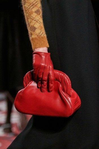 <p><strong>ميو ميو – Miu Miu</strong></p> <p>الفاخرة اختاري حقيبة اليد الصغيرة المصنوعة من الجلد باللون الأحمر بعيداً عن الزخرفات والنقشات .</p>