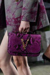 <p><strong>فيرساتشي – Versace</strong></p> <p>أناقة ملفتة توفرها لك هذه الحقيبة بلونها البنفسجي المميزة بنقشة جلدالأفعى، وقد صمّمت بشكل مستطيل يزيذنها شعار الدار المصنوع من الذهب، إلى جانب الحزام العريض الأسود.</p>