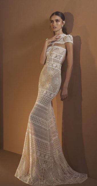<p><strong>درور كونتينتو – Dror Kontento</strong></p> <p>تكمن الفخامة في هذا الفستان بنوع القماش المخرّم المستخدم في الحياكة والذي شكّل العلامة الفارقة في هذا الثوب المميز. كما وأن قصّة البدلة العرائسية عند الاكتاف والتصميم المميز عند الصدر أضفيا حيوية على التصميم، في حين عززّت قصة ذيل الحورية في الأسفل من أنوثة اللوك.</p>