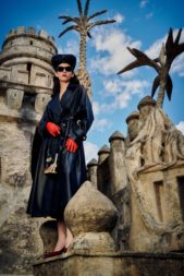 حضور لافت ومتميز مع المعطف الميدي المصمم من الجلد الأسود. وقد نسقت معه القفازات الحمراء في حين زيّن خصره بحزام رفيع من الجلد الأسود.