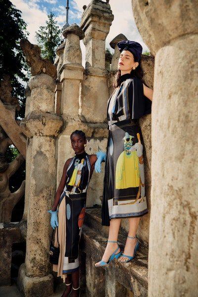 رسومات الآرت ديكو تزيّن هذين الفستانين المصممين من الحرير الناعم بقصات مستقيمة ميدي، تعكس رقيّ الحقبات السابقة.