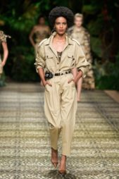 <p><strong>Dolce & Gabbana – دولتشي أند غابانا</strong></p> <p>اختاري التألق بالسروال الخصر العالي الرائج جداً في هذا الموسم حيث تنسّقيه مع القميص من اللون نفسه مع وضعها أسفله.</p>