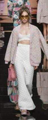 <p><strong>Fendi – فندي</strong> </p> <p>اطلالة عصرية رائعة مع السروال ذات الخصر العالي والأرجل الفضفاضة مع الكروب توب من اللون نفسه، ومعهما الجاكيت الواسعة.</p>