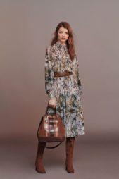 <p><strong>Alberta Ferretti – ألبيرتا فيريتي</strong></p> <p>الفساتين الميدي المزينة بنقشات الأزهار الملونة او النقشات المستوحاة من الطبيعة تعتبر من أبرز القطع التي لا يمكن الاستغناء عنها هذا الخريف للتمتع بإطلالة ملفتة.</p>