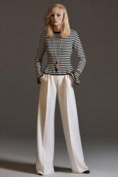 <p><strong>Max Mara – ماكس مارا</strong></p> <p>لاناقة ملفتة في خريف 2020، لا تهملي ارتداء السراويل الواسعة والفضفاضة فهي تمنحك مظهراً اكثر تناغماً كما انها مناسبة للاطلالات العملية والكاجوال.</p>