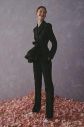 <p><strong>Carolina Herrera – كارولينا هيريرا</strong></p> <p>للمرأة الجريئة والعصرية في إطلالتها حتى الرسمية، اليك هذه البدلة النسائية باللون الاسود المصمّمة من السروال الضيق مع البلايزر الكلاسيكية المزيّنة بالكشاكش العريضة والطويلة عند الخصر.</p>