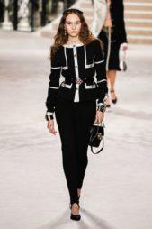 <p><strong>Chanel – شانيل</strong></p> <p>ان كنت تبحثين عن الاناقة والرقي في إطلالتك ما عليك سوى اختيار البدلة السوداء. وقد نسّق السروال الاسود الكلاسيكي مع البلايزر الفاخرة بتقليماتها البيضاء التي تضفي الفرادة الى الاطلالة.</p>