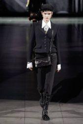 <p><strong>Dolce & Gabbana – دولتشي أند غابانا</strong></p> <p>تألقي في إطلالاتك الرسمية بهذه البدلة النسائية السوداء المصمّمة من السروال الكلاسيكي الرسميّ الذي نسّق بطريقة ملفتة مع البلايزر القصيرة الضيقة الملاصقة للجسم.</p>