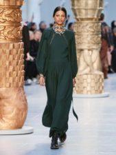 <p><strong>Chloé – كلوي</strong></p> <p>لسهرات خريف 2020، يمكن للمرأة المحجبة ان تختار الفستان الطويل بقصة مستقيمة ذات اللون الاخضر الداكن، والمزين عند الياقة بأكسسوارات براقة ولمّاعة.</p>