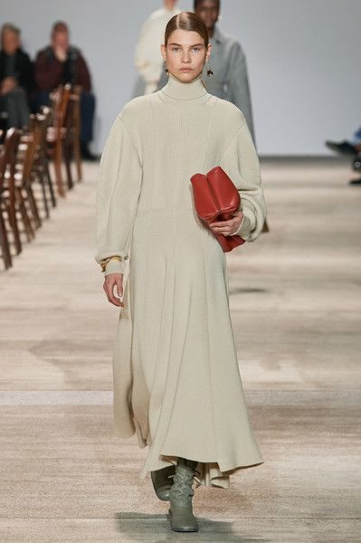 <p><strong>Jil Sander – جيل ساندر</strong></p> <p>لتكوني بكامل اناقتك هذا الخريف مع الحجاب، اختاري الفستان الطويل بقصّة الكلوش الناعمة ولونه الاوف وايت الهادئ والذي يتميز بياقته العالية.</p>
