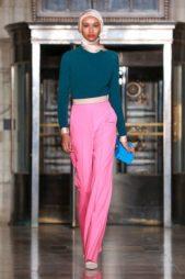 <p><strong>Oscar de La Renta – أوسكار دي لا رينتا</p> <p></strong>من الأزياء العصرية التي قدّمتها الدور العالمية للنساء المحجبات، السروال الكلاسيكي ذات القصة المستقيمة باللون الفوشيا منسّق مع البلوزة ذات الياقة العالية باللون الاخضر الداكن.</p>