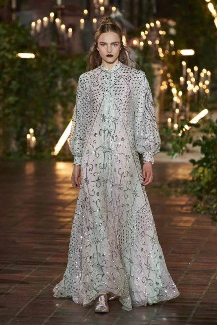 <p><strong>Rodarte – رودارتي</strong></p> <p>اطلالة مميزة وانيقة للمرأة المحجبة في سهرات خريف 2020، حيث يمكن أن تختار الفستان الطويل باللون الابيض والمزيّن بالزخرفات الفضية واللماعة لمزيد من التألق.</p>