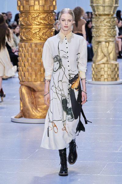 <p><strong>Chloé – كلوي</strong></p> <p>هذا الخريف، تألقي بأجمل الأزياء المزينة بنقشات ورسومات الوجوه على كامل التصميم. واحرصي على اختيارها بألوان هادئة او كلاسيكية لمزيد من التميز.</p>