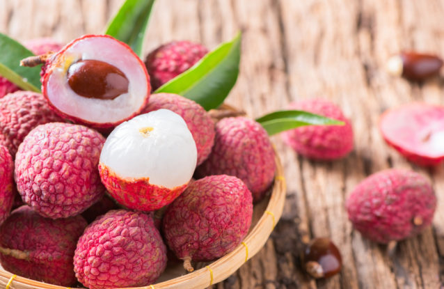 فوائد فاكهة الليتشي للبشرة