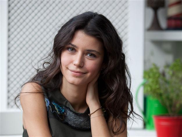 مرّة جديدة الممثلة التركية بيرين سات تحقق نجاحاً باهراً وتتصدر نتفلكس في ثلاثة أيّام فقط!