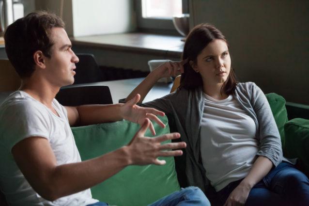 كيف تتعاملين مع الزوج كثير الكلام؟