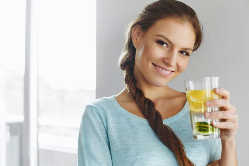 خليط الماء والليمون يرافقكِ في رحلة انقاص الكيلوغرامات الزائدة!