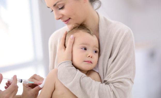 كيف يمكن أن تخفّفي من الألم عند طفلكِ بعد التطعيم؟