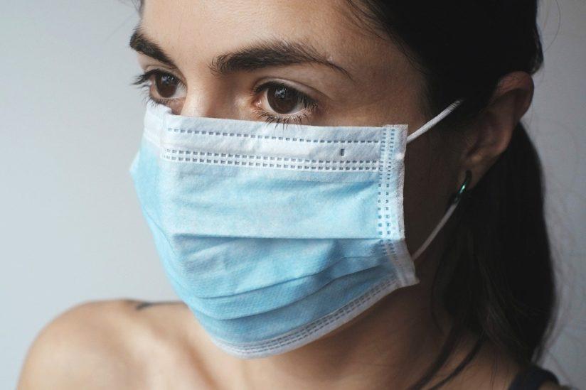 هل تعانون من رائحة الفم الكريهة عند وضع الكمّامة؟ 6 نصائح لتتجنّبوها