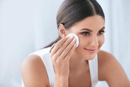 لماذا يُعتبر التونر ضرورياً في روتينكِ اذا كانت بشرتكِ دهنية؟