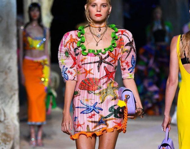 أزياء فيرساتشي ربيع وصيف 2021 مستوحاة من عالم البحار!