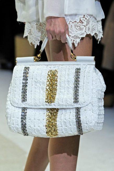 <p><strong>دولتشي أند غابانا – Dolce & Gabbana</strong></p> <p>للإطلالات الرسمية والأنيقة هذا الصيف، اختاري هذه الحقيبة المصنوعة من الكروشيه الابيض مع الزينة المعدنية من الفضة والذهب لفرادة ملفتة.</p>