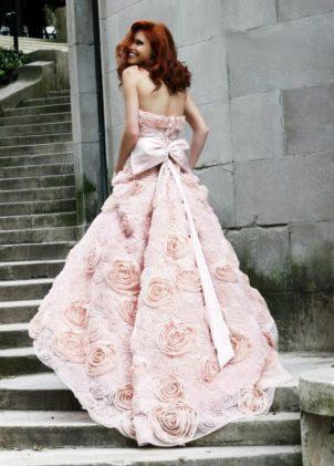 لزفاف غير تقليدي، اختاري فستانك باللون الزهري!