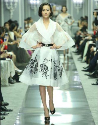 تبدو العارضة كملكة حقيقية بهذا الفستان المميز بألوانه الكلاسيكية
