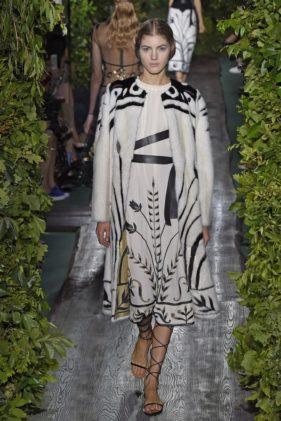 معطف مميز فوق فستان مطبّع بعروق الازهار